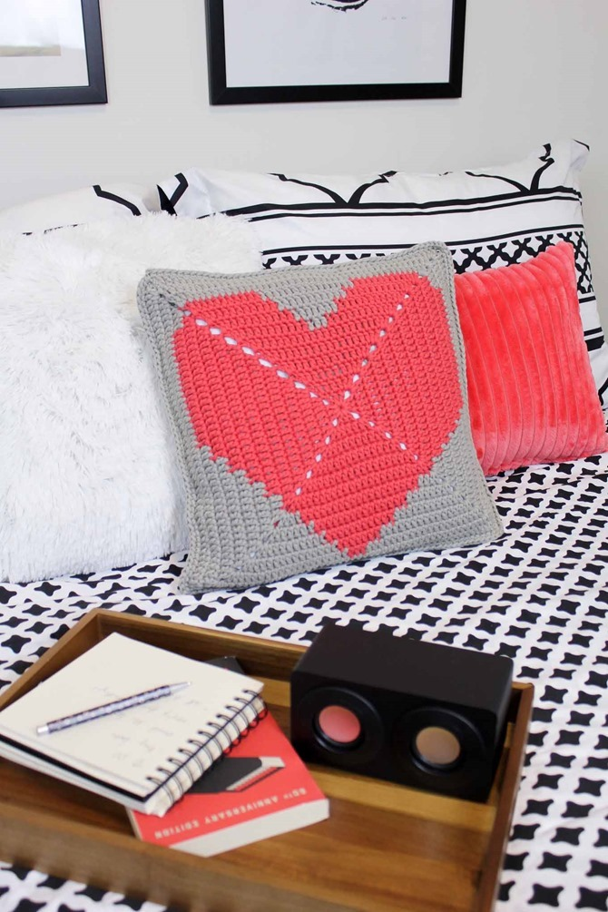 12 Crochet Valentine's Day Projects {Free Patterns} - Heart Pillow