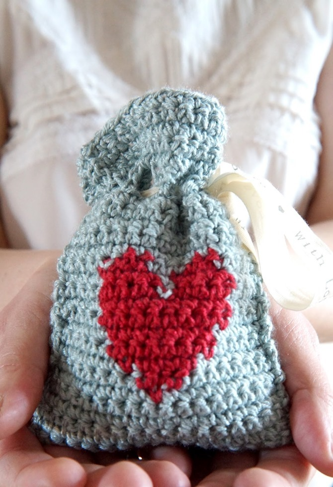 12 Crochet Valentine's Day Projects {Free Patterns} - Heart gift bag