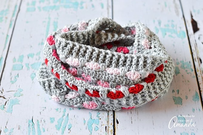 12 Crochet Valentine's Day Projects {Free Patterns} - Infinity Scarf